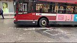 Travolta da bus, rischia perdere gamba