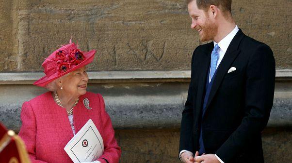 الملكة إليزابيث وحفيدها الأمير هاري يحضران حفل زفاف ملكي في قلعة وندسور