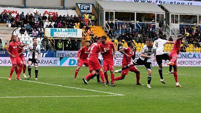 Parma vince ed è salvo, viola nei guai