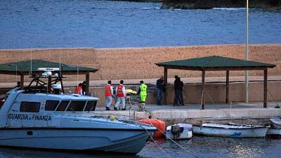 Migranti da Sea Watch a Lampedusa