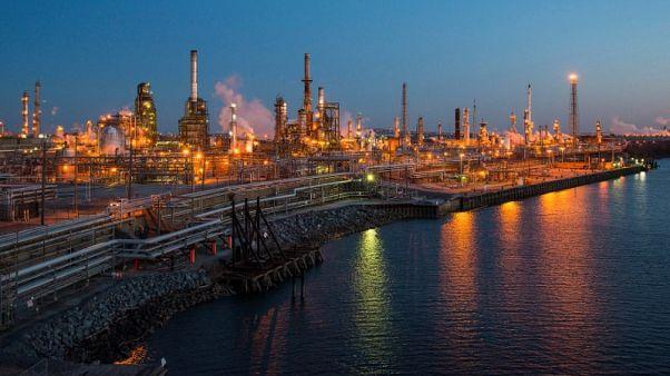 النفط يلامس أعلى مستوى في أسابيع مع تلميح أوبك لتمديد خفض الإنتاج