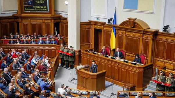 الرئيس الأوكراني الجديد زيلينسكي يتولى السلطة ويعلن إجراء انتخابات مبكرة