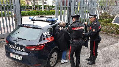 Insegue ex con acido in auto, arrestato