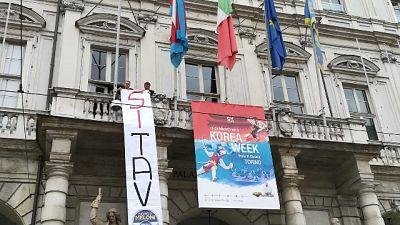 FdI, striscione si Tav da comune Torino