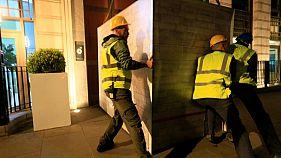 الشرطة البريطانية تبدأ في إزالة حاويات نشطاء السلام الأخضر من أمام شركة (بي.بي)