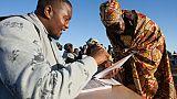 Une femme s'apprête à voter à Goliati au Malawi le 21 mai 2019