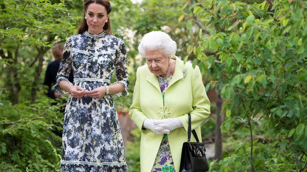 ملكة بريطانيا تتفقد معرض تشيلسي للزهور