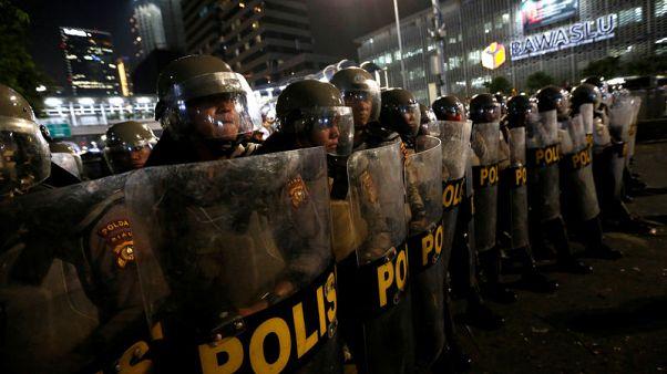 شرطة إندونيسيا تفرق محتجين على انتخاب الرئيس ويدودو لفترة ثانية