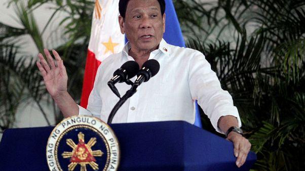 رئيس الفلبين ينفد صبره ويأمر بإعادة النفايات إلى كندا