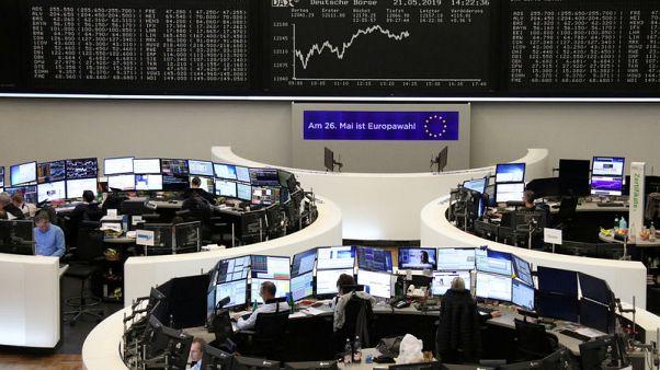 تراجع أسهم أوروبا بفعل مخاوف تجارية وتنامي الضغط على رئيسة وزراء بريطانيا