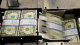 الدولار ينزل مع تعزز رهانات خفض أسعار الفائدة الأمريكية بفعل بيانات ضعيفة