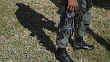 Un policier vénézuélien transporte des menottes, en décembre 2018