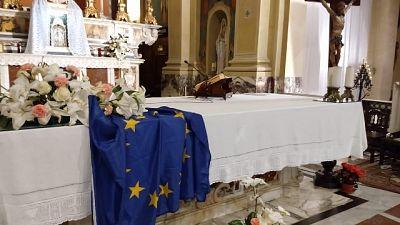Su altare chiesa Spezia bandiera Europa