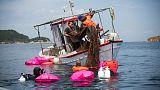 غواصون ينتشلون طنين من شباك الصيد المهملة من قاع البحر في اليونان