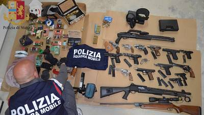 Ps sequestra arsenale nel Ragusano