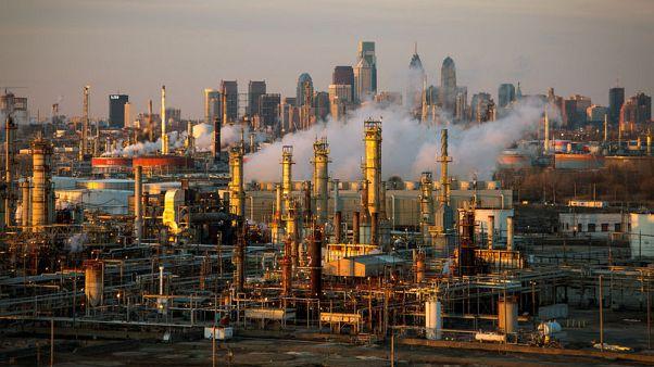 أسعار النفط تهبط مع طغيان مخاوف التجارة على تعطيلات المعروض