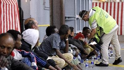 Migranti: nave Marina soccorre gommone