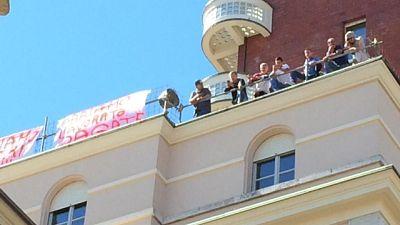 Operai protestano a Torino, pagateci