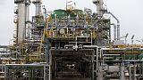 النفط يهبط لأدنى مستوياته في شهرين بفعل انخفاض أصغر من المتوقع في المخزونات الأمريكية ومخاوف التجارة