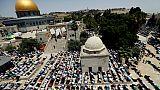 Une immense foule de musulmans prie à Jérusalem, une attaque blesse 2 Israéliens