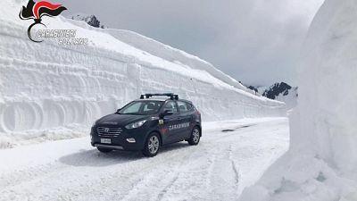 Gazzella carabinieri tra muri di neve