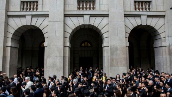 Hong Kong: les avocats défilent contre le projet d'extradition vers la Chine