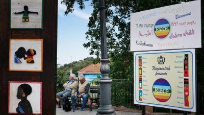 Le panneau à l'entrée du village de Riace en Italie, le 4 juin 2019