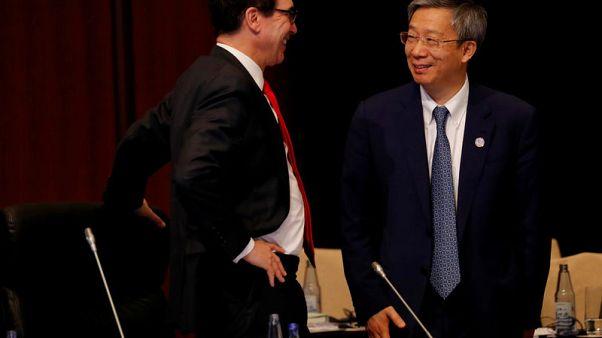 """منوتشين يقول أجرى محادثات """"صريحة"""" بشأن التجارة مع محافظ المركزي الصيني"""