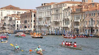 Venezia: Vogalonga, remo contro motore