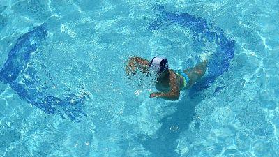 Bimba cade in piscina,massaggio la salva