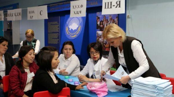 Comptage des bulletins de vote, le 9 juin 2019 à Nur-Sultan, au Kazakhstan