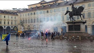 Ultrà Bosnia a Torino, petardi in centro