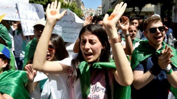 Des étudiantes algériennes manifestent à Alger contre le dialogue réclamé par le président par intérim pour mettre fin à la crise le 11 juin 2019
