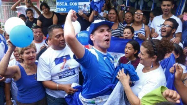 Le leader étudiant Edwin Carcache (c) fête les retrouvailles avec ses proches après sa libération de prison, le 11 juin 2019 à Managua
