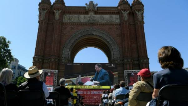 Des Espagnols regardent sur écran géant Oriol Junqueras, l'ex-vice-président catalan emprisonné, au dernier jour de son procès, le 12 juin 2019 à Barcelone.