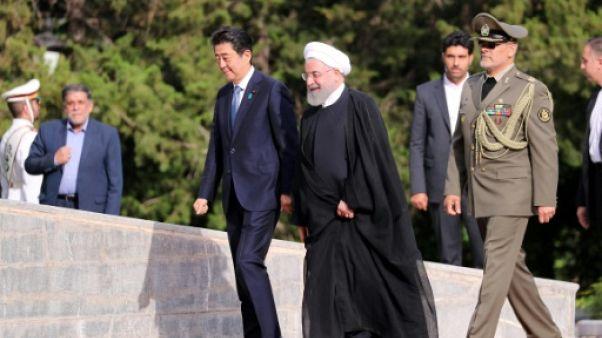 Le président iranien Hassan Rohani (à droite) accueillant le Premier ministre japonais Shinzo Abe en visite à Téhéran le 12 juin 2019