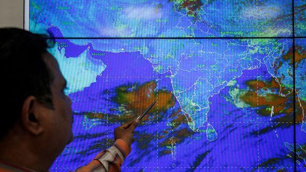 الهند تجلي مئات الآلاف من السكان على الساحل الغربي مع قرب وصول إعصار قوي