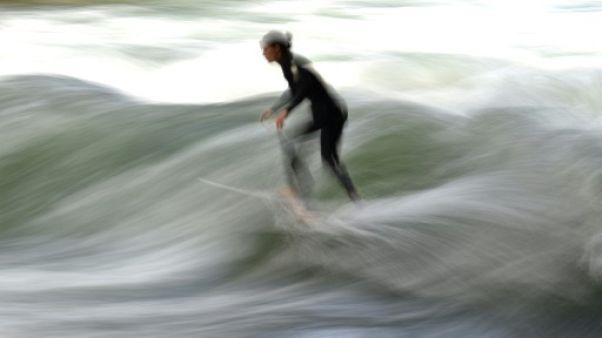 Une surfeuse sur une vague artificielle, le 14 juin 2017 à Munich
