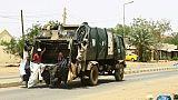 Des employés municipaux ramassent les ordures dans la capitale soudanaise Khartoum, le 12 juin 2019