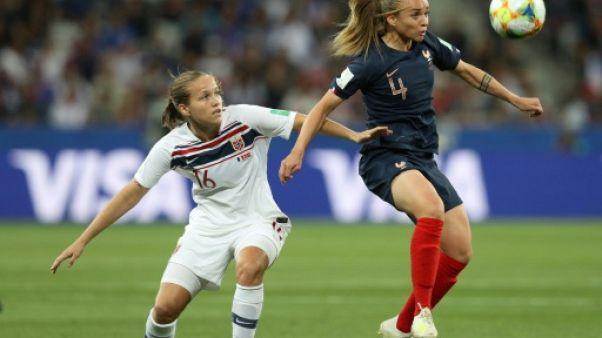 La Française Marion Torrent (d) contrôle le ballon devant la Norvégienne Guro Reiten en match du Mondial féminin, le 12 juin 2019 à Nice
