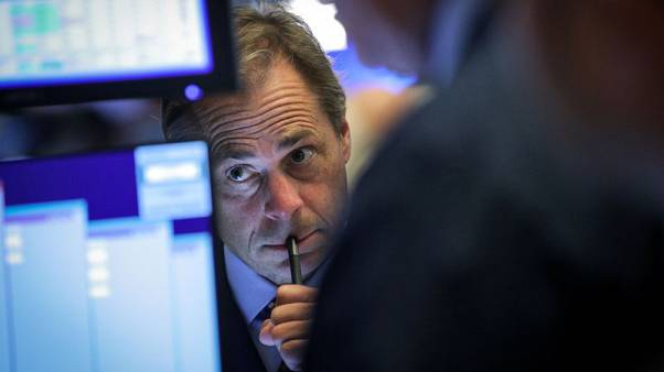 بورصة وول ستريت تغلق منخفضة متأثرة بخسائر لأسهم البنوك وشركات الطاقة