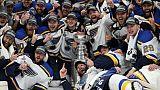 Les Bleues de Saint-Louis vainqueurs de la Coupe Stanley après leur victoire sur les Bruins de Boston, à Boston, le 12 juin 2019