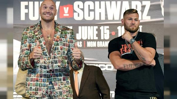 Les boxeurs Tyson Fury (g) et Tom Schwarz lors d'une conférence de presse au MGM Grand Hotel & Casino de Las Vegas, le 12 juin 2019