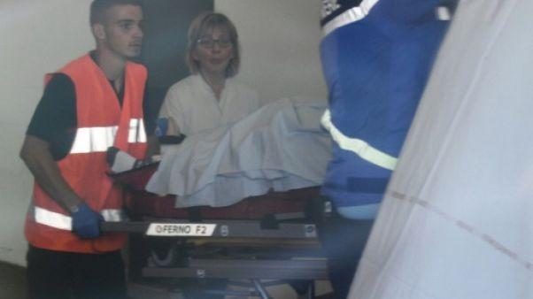 Les secours évacuent le coureur d'Ineos Chris Froome, sur civière, vers un Centre hospitalier de Roanne, le 12 juin 2019, avant un transfert à Saint-Etienne