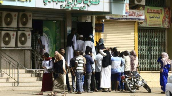 Des Soudanais font la queue devant une banque de la capitale Khartoum, le 12 juin 2019