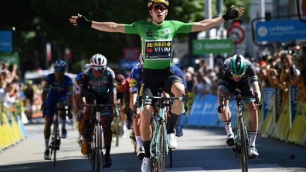 Le coureur de Jumbo Wout van Aert franchit en vainqueur la 5e étape du Critérium du Dauphiné, le 13 juin 2019 à Voiron