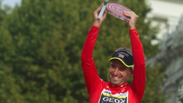 Juan Jose Cobo brandit le trophée de La Vuelta, le 11 septembre 2011 à Madrid