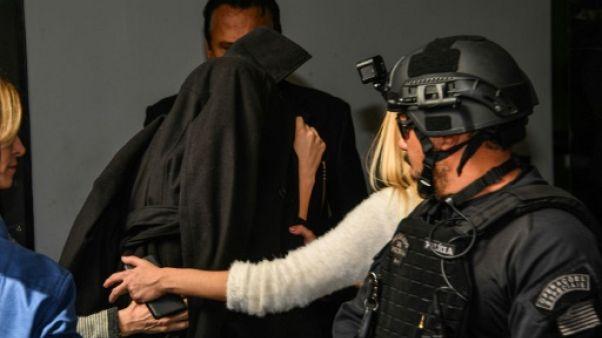 La Brésilienne Najila Trindade, qui a accusé Neymar de viol, arrive le visage caché par une veste dans un commissariat de Sao Paulo, le 7 juin 2019