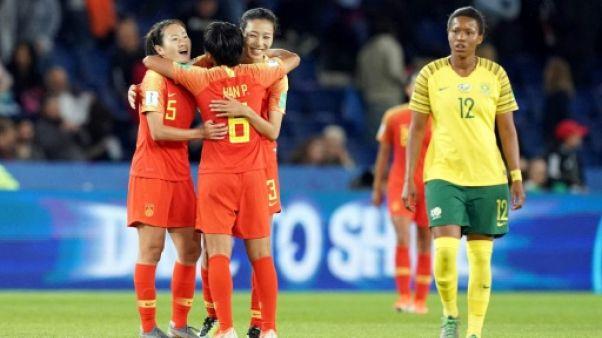 Les Chinoises (g) heureuses après leur victoire contre l'Afrique du Sud au Mondial féminin, le 13 juin 2019 au Parc des Princes à Paris