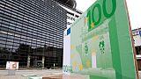 Un billet de 100 euros géant exposé devant le ministère français de l'Economie et des Finances à Paris en septembre 2016